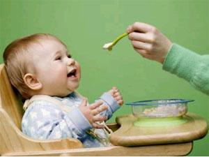 Кормление маленького ребенка