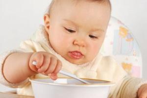 Приучаем ребенка кушать ложкой