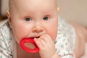 Облегчаем боли при прорезании зубов ребенка